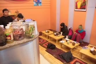 Minikavárnička/čajovna v HaiPhongu. Čekání na bus do Hue.