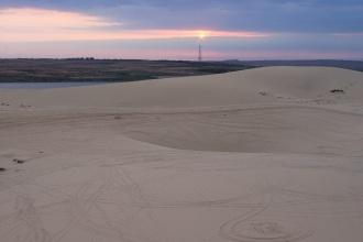 Západ slunce nad bílými dunami.