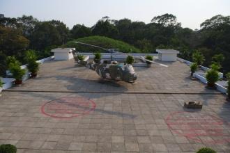 Na střeše paláce sjednocení (vyznačeny jsou dopady bomb VietCongu).