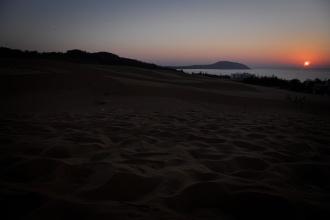 Východ slunce nad Red Sand Dunes.