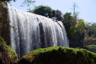 Elephant waterfall, jeden z nejmohutnějších, asi 50km jižně od Dalátu