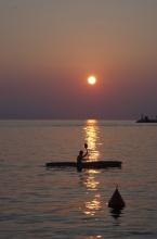 Na břehu při západu Slunce