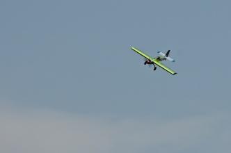 Benzínový akrobat v letu