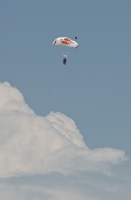 Wingsuit s otevřeným padákem