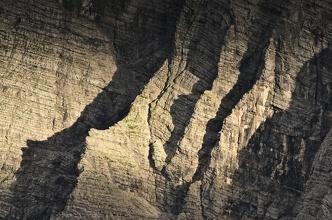 Stínohra večerního světla na protější stěně (Triglav).