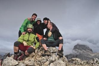 Skupinové foto na B. Gamsovci, v pozadí Triglav.