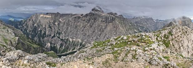 Panorama masivu Triglav, vlevo údolí Vrata, vpravo Zadnjiški dol