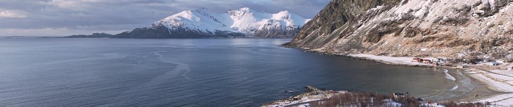Fjord se zátokou u vesničky Grøtfojrd. Na klik větší rozlišení.