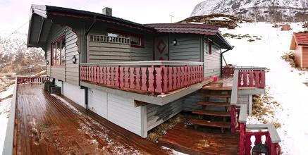 """Naše ukotvená-neukotvená """"aurora-lodge"""" nebo taky """"cabin"""" ve svahu nad vesnicí Grøtfjord"""