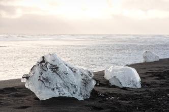 Vyvržené ledy z laguny Jókulsárlón.