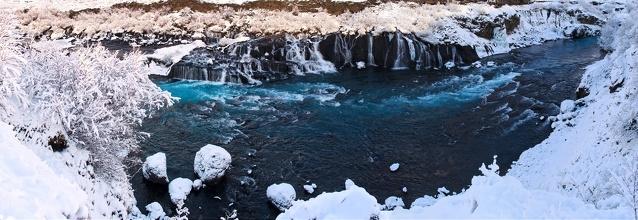Lávový Hraunfossar vodopád.