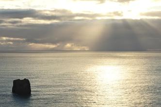 Pohled z pláží Dyrholaey na moře.
